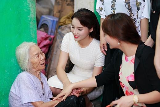 Sau đó, Kỳ Duyên cùng mẹ còn đến thăm hỏi các bà mẹ Việt Nam anh hùng... - Tin sao Viet - Tin tuc sao Viet - Scandal sao Viet - Tin tuc cua Sao - Tin cua Sao
