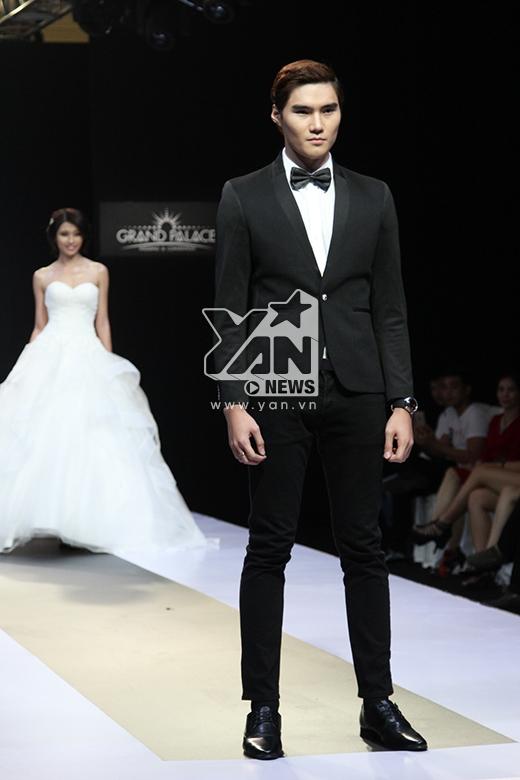 Quang Hùng lịch lãm với vest đen kết hợp áo sơ mi trắng.
