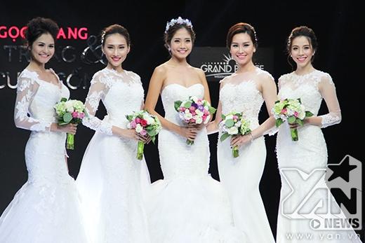 Phần mở màn đầy ấn tượng với 5 người mẫu cùng sải bước trong những bộ váy cưới tinh khôi, lãng mạn.
