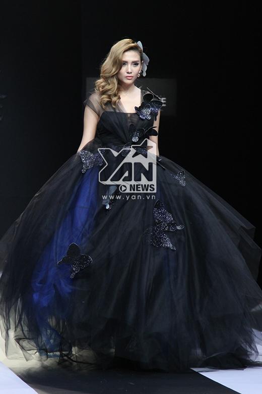 Trong đêm diễn, siêu mẫu Võ Hoàng Yến đảm nhận vị trí vedette với hai thiết kế váy cưới cầu kì tương phản về màu sắc.