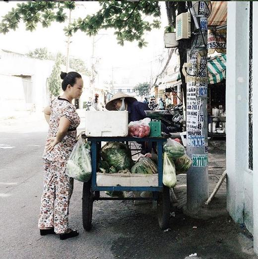 Chiếc xe đẩy mang cả chợ rau củ quả trên xe vô cùng tiện lợi cho những bà nội trợ. (Ảnh: IG minotanu)