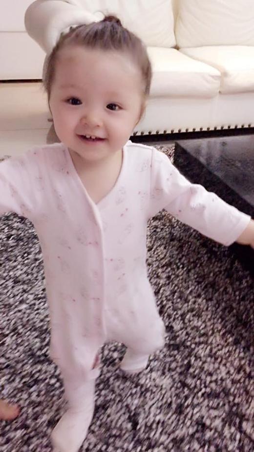 Nụ cười rạng rỡ và vẻ mặt đáng yêu của bé Cadie Mộc Trà khiến nhiều khán giả vô cùng yêu thích. - Tin sao Viet - Tin tuc sao Viet - Scandal sao Viet - Tin tuc cua Sao - Tin cua Sao