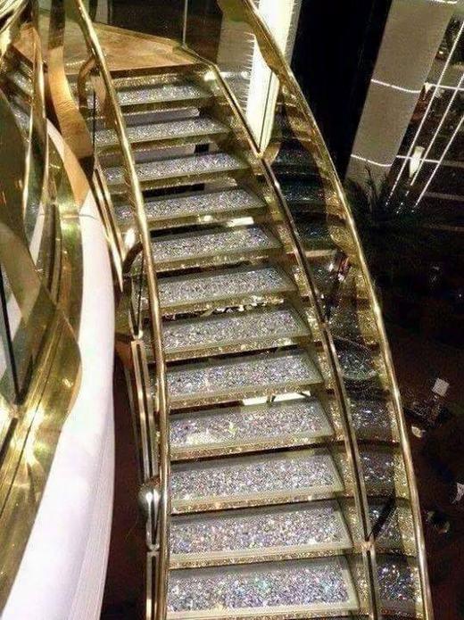 Ngay từ lối vào cửa hàng, người ta đã phải choáng ngợp vì các bậc thềm đều gắn những viên đá quý...