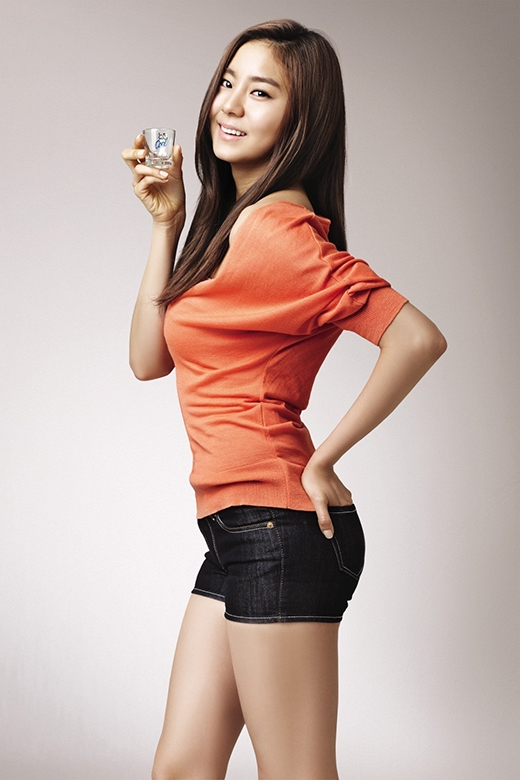 UEE từng là sinh viên của trường đại học thể thao Hàn Quốc, đó cũng là lí do cô được gọi là Idol thể thao. Nữ thần tượngtừng là một vận động viên bơi chuyên nghiệp.