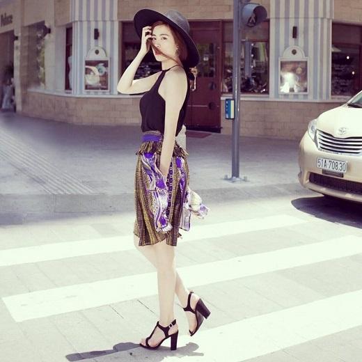 Hoàng Thùy Linh lại thể hiện đẳng cấp với nguyên bộ đồ hàng hiệu Justcavalli. Giọng ca Cho nhau lối đi riêng khéo léo lựa chọn mũ fedora điệu đà.