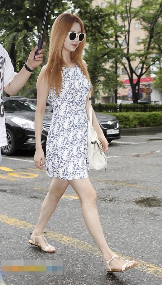 Cô em út của nhóm nhạc SNSD - Seohyun nữ tính với bộ cánh chữ A khéo léo khoe vòng eo con kiến.