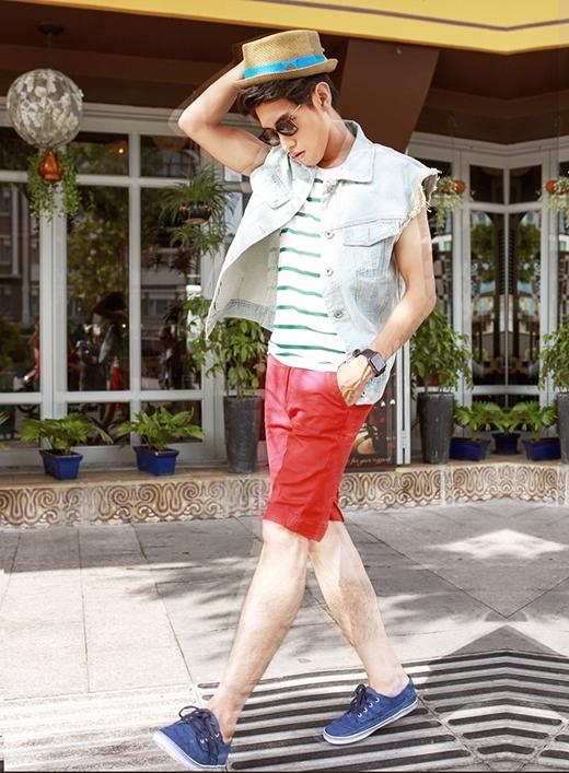 Với chiếc quần tông cam nóng bỏng, các chàng trai có thể lựa chọn sự đơn giản khi phối cùng áo phông không tay kẻ sọc hay nét cá tính, phong trần khi diện thêm jeacket jeans rách bên ngoài và đội mũ cói hợp mốt.