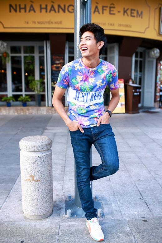 Sự năng động, trẻ trung đến từ chiếc áo phông cổ tròn họa tiết phối cùng quần jeans xanh cổ điển.