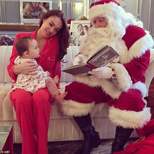 Vào ngày giáng sinh, Tamara đã đưa hẳn một ông già Noel về nhà để đọc truyện cho cô con gái bé bỏng của mình.