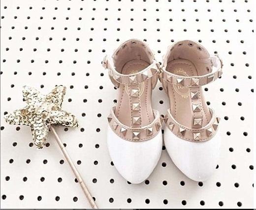 Đôi giày búp bê xinh xắn trị giá 48 đô (gần 1 triệu đồng) của Sophia.