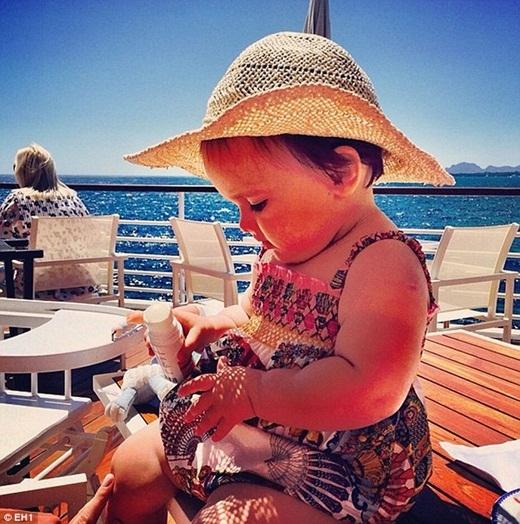 Sophia xinh xắn trong chiếc đầm 132 bảng trên bờ biểnCannes, nước Pháp.
