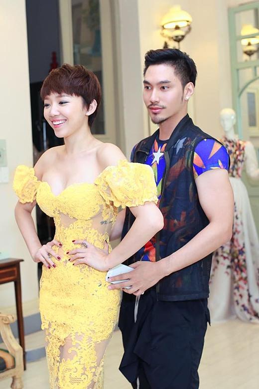Với tỉ lệ cơ thể cân đối, nữ ca sĩ luôn thể hiện triệt để sự gợi cảm trong những bộ váy với phom ôm sát như thế này.