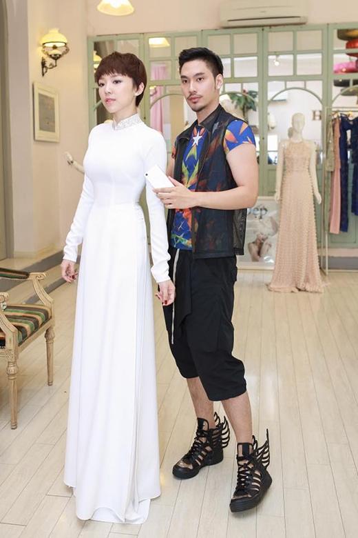 Mặc dù theo đuổi sự gợi cảm, hiện đại nhưng Tóc Tiên vẫn dành nhiều tình cảm cho tà áo dài truyền thống. Sắc trắng tinh khôi cùng kiểu dáng cổ điển mang đến sự thanh thoát, nhẹ nhàng cho nữ ca sĩ. Phần cổ áo được tạo điểm nhấn bởi những chi tiết đính kết ánh kim nổi bật.