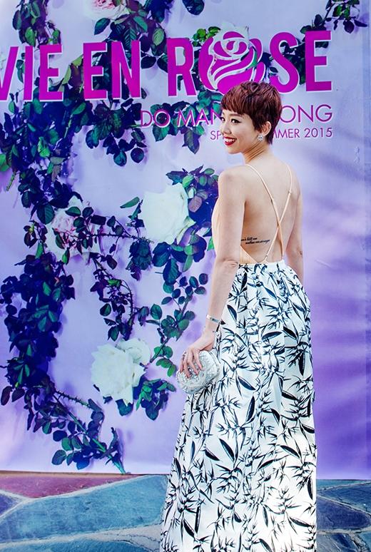 Bộ váy khá nhẹ nhàng nhưng vẫn hết sức gợi cảm khi tham dự show diễn của nhà thiết kế Đỗ Mạnh Cường tại Mỹ vào tháng 6 vừa qua.