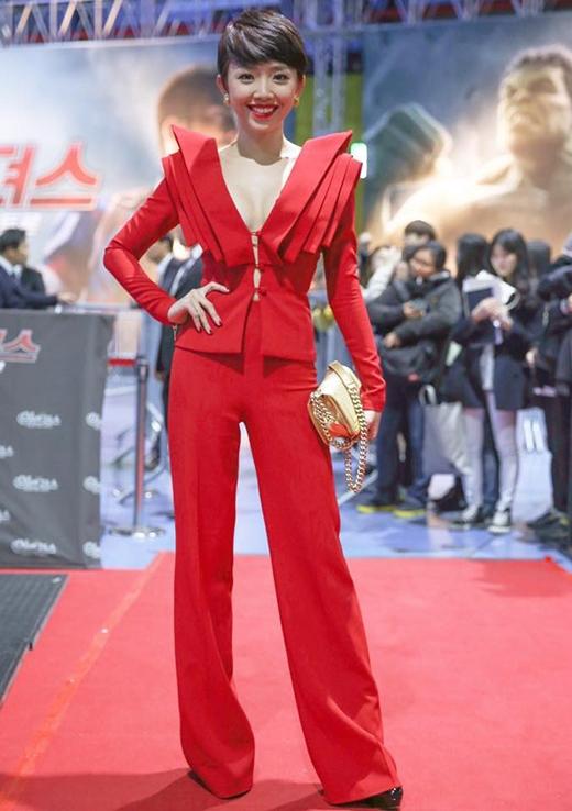 Bộ vest đỏ với phần cầu vai được dựng phom 3D cầu kì trong lần tham dự một sự kiện tại Hàn Quốc vào tháng 4.