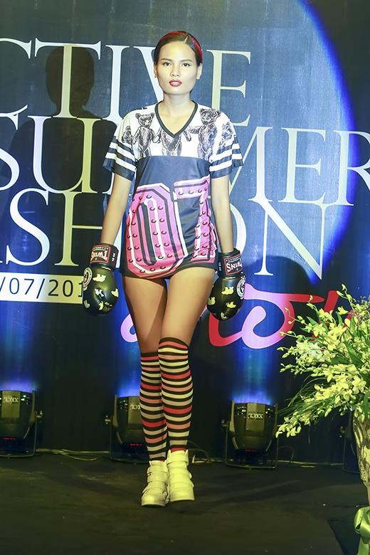 Tiêu Linh trình diễn năm mẫu thiết kế và đã có phần mở màn ấn tượng với bộ trang phục thể thao cá tính mang đậm chất color block.