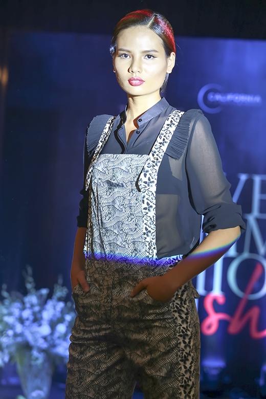 Á quân Vietnam's Next Top Model 2014 khá lạ mắt trong chiếc quần yếm ống loe phối cùng sơ mi voan mỏng gợi cảm.