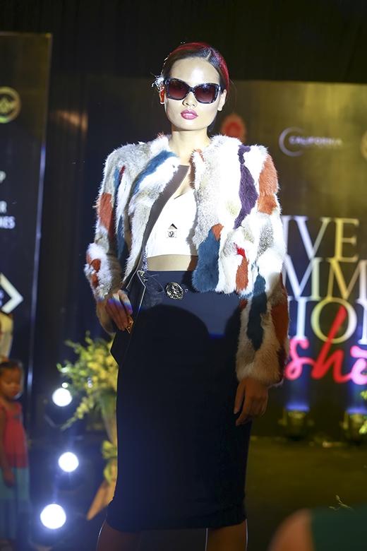 Cô mang đến hình ảnh của những cô gái hiện đại với mẫu thiết kế mang đậm tinh thần của mùa mốt Thu - Đông.