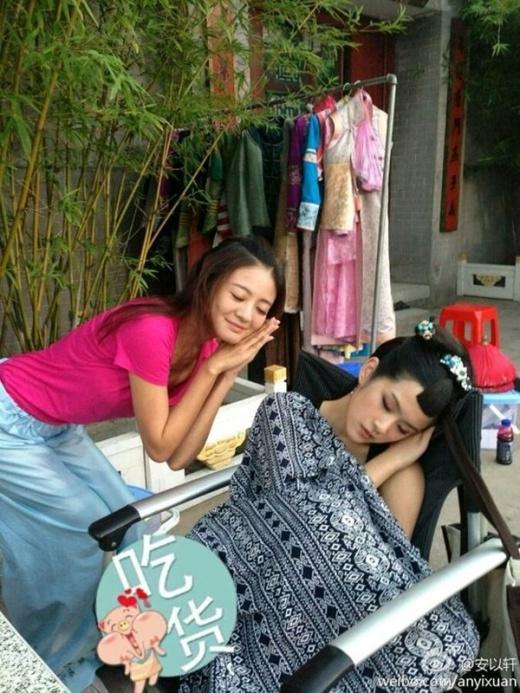 Trong lúc các đồng nghiệp ngủ say sưa, An Dĩ Hiên đến chụp ảnh trêu chọc.