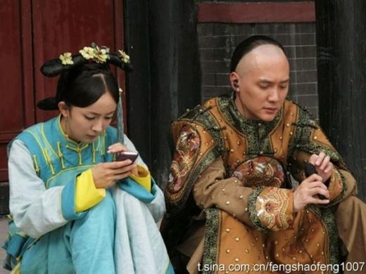Dương Mịch và Phùng Thiệu Phong làm lơ nhau trên phim trường, người nhắn tin điện thoại, người nghe nhạc.