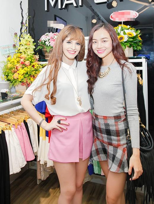 Hai bộ trang phục khá hiện đại, trẻ trung sử dụng sắc trắng, hồng dịu ngọt, thanh thoát. - Tin sao Viet - Tin tuc sao Viet - Scandal sao Viet - Tin tuc cua Sao - Tin cua Sao