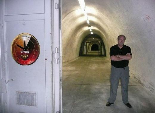 """Đây là tỉ phú người MỹRobert Vicinio. Tháng 6 vừa qua, ông đã mạnh tay chi 1,1 tỉ USD (hơn 21 nghìn tỉ đồng) để xây dựng một hầm ngầm. Sở dĩ công trình này ra đời là do ông """"lo xa"""", đề phòng chiến tranh hạt nhân, chiến tranh hóa học, động đất, sóng thần và những thiên tai khác xảy ra."""