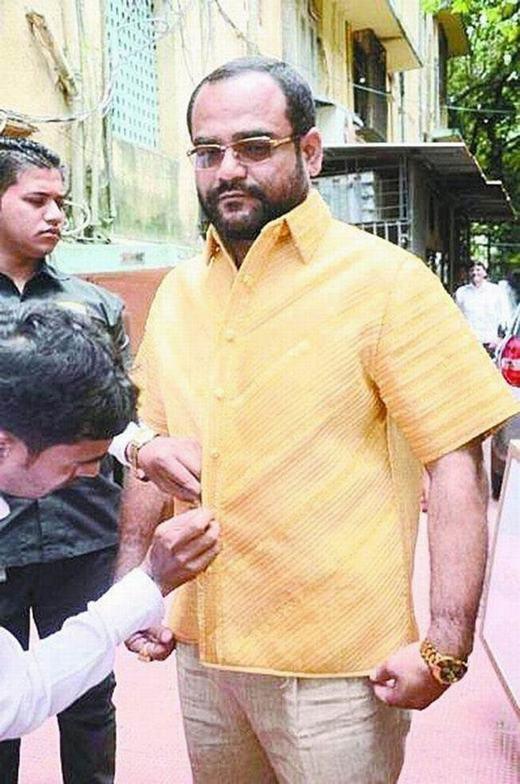 Vị đại gia này đang mặc chiếc áo bằng vàng ròng hơn 4 kg. Được biết, ông là một người nổi tiếng giàu có tại Ấn Độ.