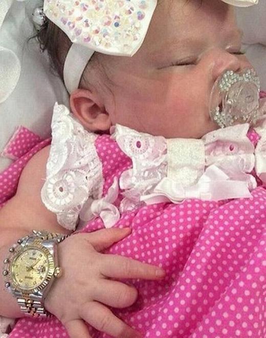"""Gia đình bé Tyrant tại Plymouth, Anh đã chứng tỏ nhà mình """"có điều kiện"""" như thế nào khi sắm cho bé đồng hồ Rolex xịn, núm vú đính kim cương và cả tủ quần áo hàng hiệu đắt tiền dù bé mới 5 tháng tuổi."""