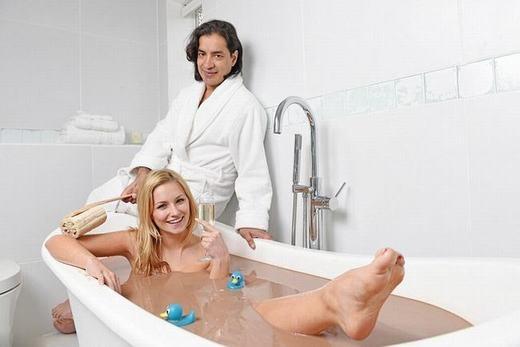 Chiếc bồn tắm trị giá 10.000 bảng Anh (hơn 320 triệu đồng) này là của tỉ phú Danny Lambo người Anh mua tặng bạn gái của mình.