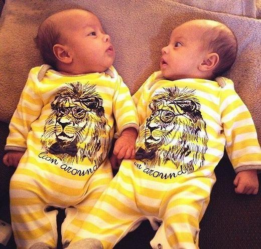 Đây là cặp song sinh 3 tháng tuổi có tên là Isabella và Jacob. Mẹ của hai bé - nữ doanh nhân Louise Hill – đã chứng tỏ đẳng cấp khi chi 20.000 bảng Anh (hơn 660 triệu đồng) vào tiền trang phục cho mỗi bé.