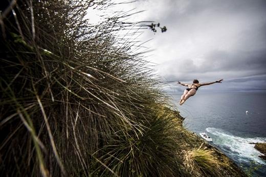 Vận động viên Ginger Huber của Mỹ đang nhảy xuống từ vách đá 20 mét trong Giải vô địch lặn Red Bull Cliff Ping World Series, diễn ra ở Islet Franca do Campo, Azores, Bồ Đào Nha.