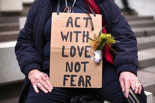 """Biểu ngữ của nhóm """"Reclaim Australia"""" - 'Hành động với tình yêu thương chứ không phải nỗi sợ', được nhìn thấy ở nhiều nơi tại Sydney, Úc."""