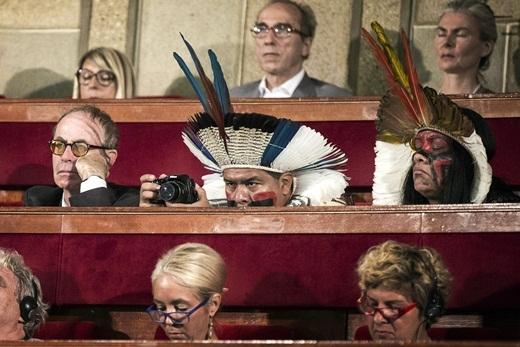 Các đại biểu trong trang phục truyền thống tham dự cuộc họp tham vấn không chính thức về Biến đổi khí hậu tại Paris, Pháp để chuẩn bị cho Hội nghị về Biến đổi khí hậu của Liên hợp quốc do Pháp đăng cai vào tháng 12 tới.