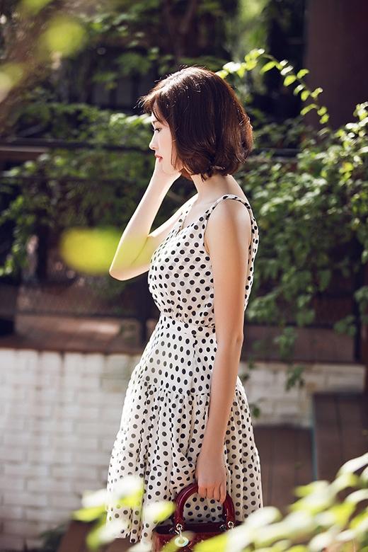 Những đường xếp li tỉ mỉ thoắt ẩn thoắt hiện trong chiếc váy xòe với phần xẻ ngực gợi cảm.