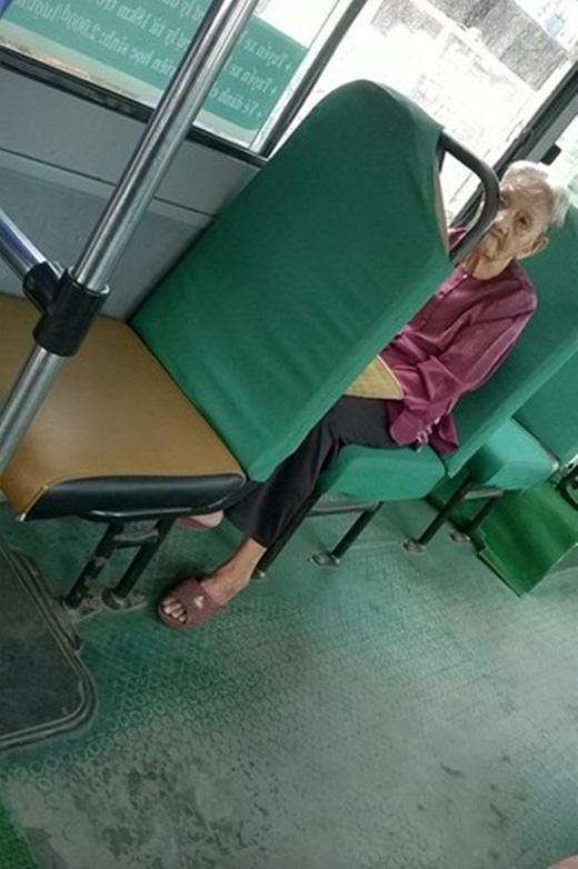Hình ảnh bà cụ được cô nhân viên xe buýt chụp lại.