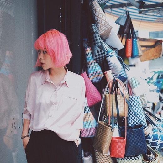 Hot girl Hà thànhLại Hoài Anh tiếp tục thay đổi màu tóc vô cùng thời trang và nổi bật. Dù sở hữu thân hình nhỏ bé nhưngHoài Anh luôn được mọi người yêu quý bởi gu thời trang cực chất và cá tính cả mình. Mái tóc màu hồng neon khiếnHoài Anh càng thêm 'sặc sỡ' khi bước xuống phố.