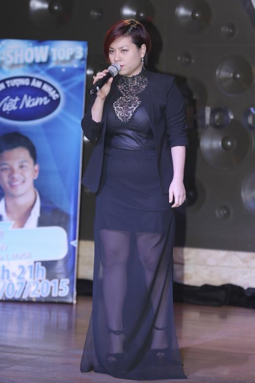 """Tham dự buổi biểu diễn này còn có sự góp mặt của Vân Quỳnh - top 5 Vietnam Idol 2015. Cô cũng """"cạnh tranh"""" với đàn chị Uyên Linh trong bộ trang phục khá rối mắt từ kiểu dáng đến việc kết hợp chất liệu. Dĩ nhiên, phom ôm sát cũng làm lộ rõ những khuyết điểm trên cơ thể không cân đối của nữ ca sĩ."""