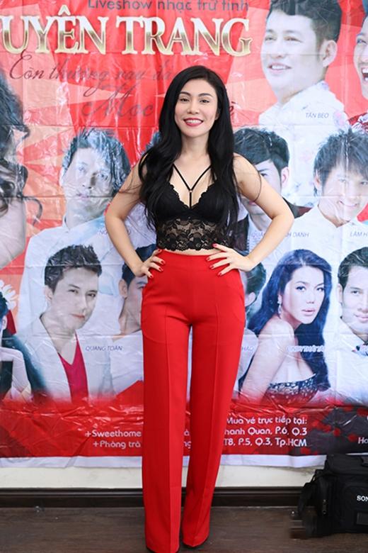 Bộ trang phục khá đơn giản của Uyên Trang lại gây nên sự phản cảm bởi độ dài không hợp lí của phần đáy quần. Song song đó, chiếc áo crop-top ren của nữ ca sĩ lại khiến nhiều người liên tưởng đến nội y.