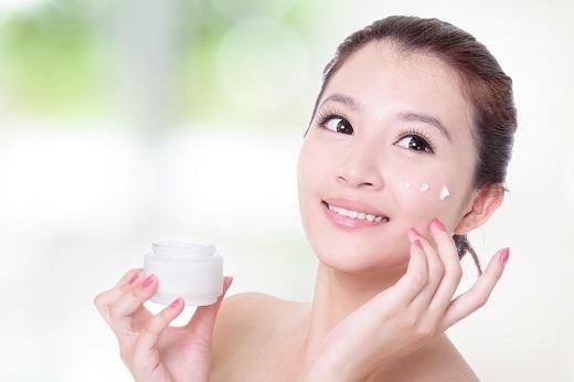 Mĩ phẩm dạng kem giúp da căng mịn và kiềm dầu.
