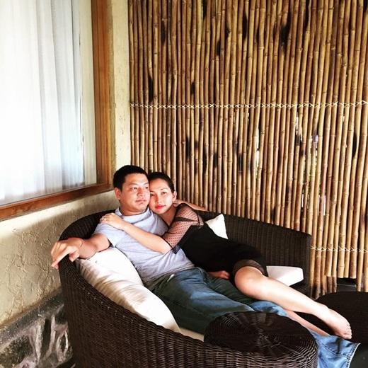 Hai vợ chồng Kim Hiền luôn khiến nhiều người ngưỡng mộ khi không ngần ngại dành những cử chỉ tình cảm cho nhau chốn đông người. - Tin sao Viet - Tin tuc sao Viet - Scandal sao Viet - Tin tuc cua Sao - Tin cua Sao