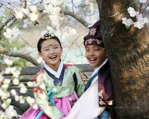 Mối tình thơ ấu của Kim Yoo Jung và Yeo Jin Goo trong bộ phim The Moon Embracing The Sun (2012) đã để lại ấn tượng mạnh mẽ trong lòng khán giả.