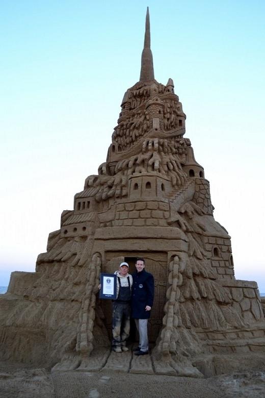 Ngày 29/10/2013, anh Ed Jarrett đã phá kỉ lục Guinness thế giới lần thứ tư nhờ xây dựng lâu đài cát cao nhất thế giới. Lâu đài cao 11m, được xây dựng trên bãi biển Jenkinson.