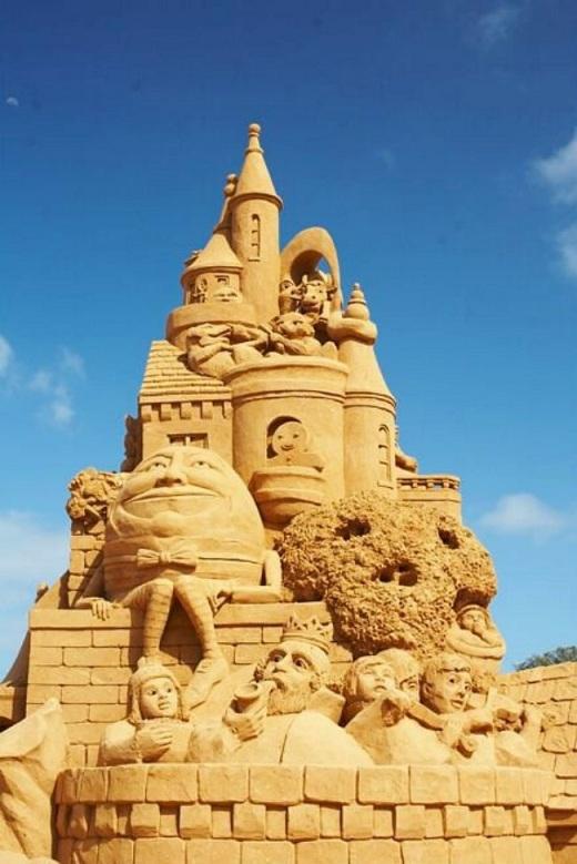 Lâu đài này trông vững chắc và đẹp không kém gì những công trình được xây bằng gạch và bê tông trong các khu công viên giải trí.