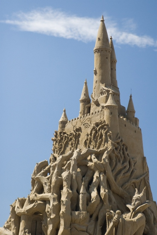 Bạn có thấy hoàng hậu Maleficent đứng trước lâu đài không?
