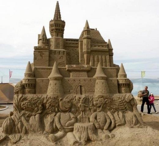 Lâu đài được chạm trổ hình ảnh gấu Pooh và những người bạn ở phần chân tháp.