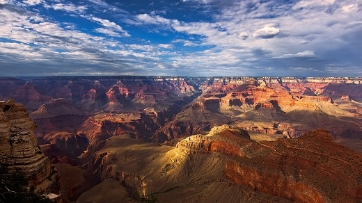 Đây là một trong những vườn quốc gia sớm nhất của Hoa Kì. Ở trong vườn quốc gia này có hẻm núi lớn Grand Canyon nổi tiếng thế giới.