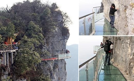 Nơi đây còn có cây cầu trong suốt dọc vách núi không dành cho du khách yếu tim.