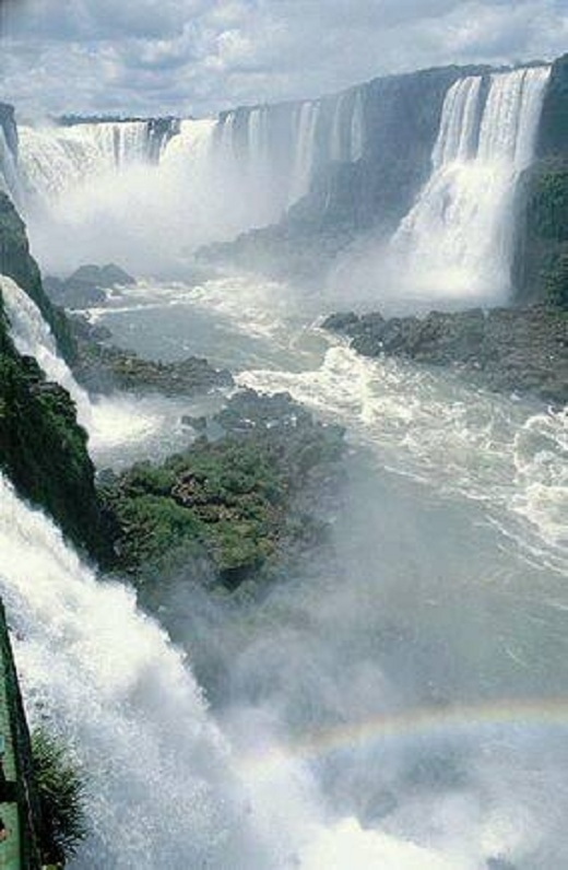 Vườn quốc gia Iguaçu là một vườn quốc gia thuộc bang Paraná, Brazil.