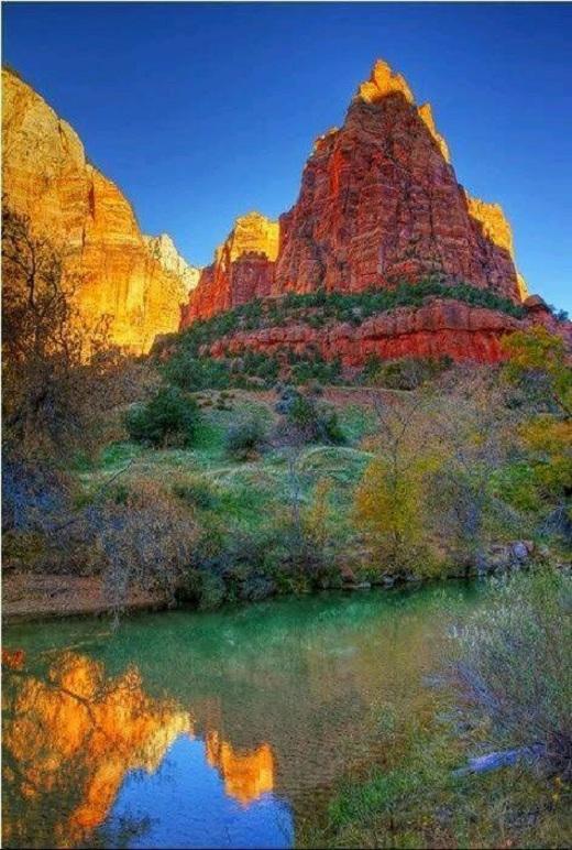Thung lũng Zion nằm trong công viên quốc gia Zion, gần Springdale, Utah, Mỹ. Đây được coi là một trong 10 địa danh thiên nhiên đẹp nhất nước này.