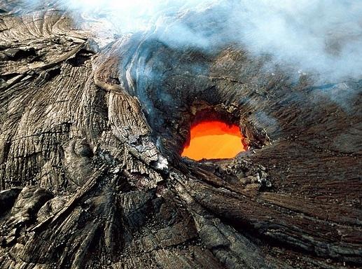Từ trên đỉnh núi, tìm đường đến một trong những con đường mòn đi bộ của công viên để trải nghiệm đường vòng của vùng đất. Công viên Quốc gia Núi lửa Hawaii có hơn 241km đường mòn dẫn ngang qua miệng núi lửa, sa mạc và rừng mưa.